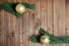 Decored jul förgrena sig på wood bakgrund Arkivbilder
