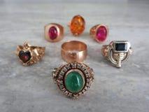 Decori i gioielli di oro con le pietre preziose fotografie stock libere da diritti