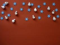 Decori il Natale ed il nuovo anno su fondo rosso fotografia stock libera da diritti