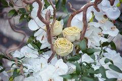 Decorsamenstelling met witte orchideeën en rozen royalty-vrije stock fotografie