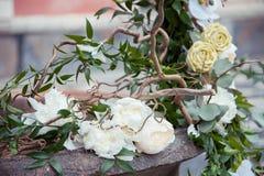 Decorsamenstelling met witte pioenen en rozen stock fotografie