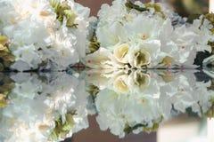 Decortion da flor na tabela Feche acima com reflexão Fotos de Stock Royalty Free