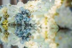 Decortion da flor na tabela Feche acima com reflexão Fotografia de Stock Royalty Free