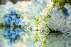 Decortion da flor na tabela Feche acima com reflexão Imagem de Stock