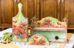 Decoupage回家装饰-用decoupage技术装饰的木家庭用品 免版税库存图片