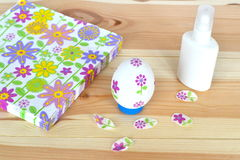 Decoupage复活节彩蛋,胶浆,与一个花卉样式的餐巾在自然木背景 手工纸工艺 步骤 免版税库存图片