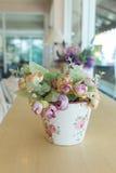 Decoupage вазы цветков украшенное на деревянном столе Стоковая Фотография RF