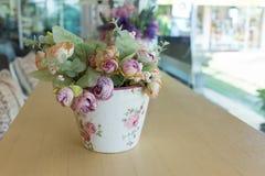 Decoupage вазы цветков украшенное на деревянном столе Стоковые Фото