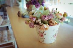 Decoupage вазы цветков украшенное на деревянном столе Стоковые Фотографии RF