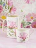 Decoupage adornó el pote del té y la taza de té Imagenes de archivo