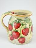 Decoupage adornó la jarra del modelo de la fresa en blanco Fotos de archivo libres de regalías