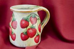 Decoupage adornó la jarra del modelo de la fresa en el CCB rojo de la tela Imagen de archivo