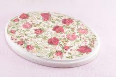 Decoupage adornó la placa del modelo de las rosas Imágenes de archivo libres de regalías