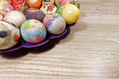 Decoupage adornó los huevos de Pascua coloridos Imagen de archivo