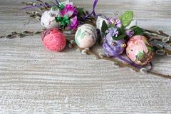 Decoupage adornó los huevos de Pascua coloridos con las ramas del sauce Foto de archivo