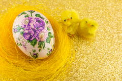 Decoupage adornó los huevos de Pascua en una jerarquía Foto de archivo libre de regalías