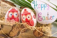 Decoupage adornó los huevos de Pascua en carro viejo Imágenes de archivo libres de regalías