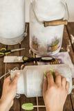 Decoupage - att dekorera som är gammalt, mjölkar mjölkkannor arkivbild