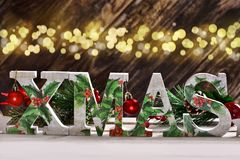 Decoupage a décoré des lettres de Noël sur le fond en bois avec le bokeh Image stock