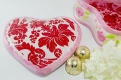 Decoupage a décoré la vieille boîte à bijoux de vintage à côté des fleurs Image stock