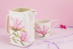 Decoupage a décoré le pot de thé et la tasse de thé Images stock