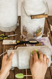 Decoupage - decorando batedeiras de leite velhas Fotografia de Stock