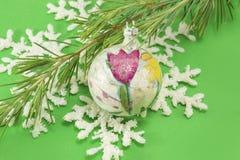 Decoupage decoratred la bola del ornamento de la Navidad Fotos de archivo libres de regalías