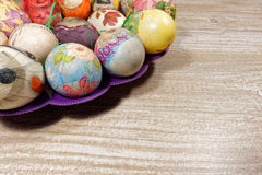 Decoupage decorou ovos da páscoa coloridos Imagem de Stock