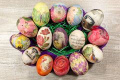 Decoupage decorou ovos da páscoa coloridos Fotos de Stock