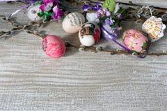 Decoupage decorou ovos da páscoa coloridos com ramos do salgueiro Imagens de Stock