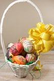 Decoupage decorou ovos da páscoa coloridos na cesta de vime Foto de Stock Royalty Free