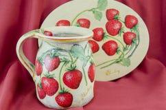 Decoupage dekorował deseniowego miotacz talerza na czerwieni i Zdjęcia Royalty Free