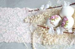 Decoupage, fiori, pizzo e perla dell'uovo di Pasqua Fotografia Stock Libera da Diritti