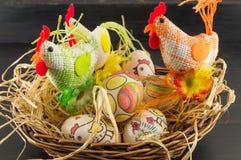 Decoupage ha decorato la famiglia delle uova di Pasqua e dei polli Immagini Stock Libere da Diritti