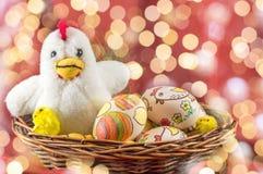 Decoupage ha decorato la famiglia delle uova di Pasqua e dei polli Fotografia Stock Libera da Diritti