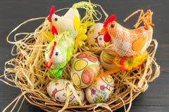 Decoupage ha decorato la famiglia delle uova di Pasqua e dei polli Fotografia Stock