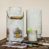 Decoupage - melkkarntonnen met lavendelpatroon dat worden verfraaid Stock Afbeeldingen