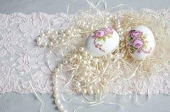 Decoupage, pizzo e perla dell'uovo di Pasqua Fotografia Stock