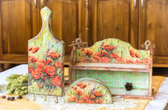 Decoupage returnerar dekoren - trähousewares som dekoreras med decoupageteknik royaltyfri bild