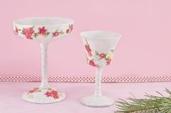 Decoupage verfraaide wijnglazen tegen roze achtergrond Royalty-vrije Stock Afbeelding