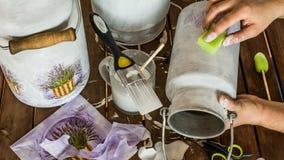 Decoupage - Verzierung von Milchkannen Stockbild