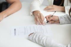 Decreto di firma di divorzio della moglie dopo la decisione dello smembramento fotografia stock libera da diritti