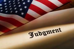 Decreto do julgamento e bandeira americana Foto de Stock