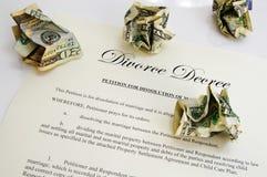 Decreto e dinheiro do divórcio Imagens de Stock Royalty Free