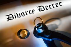 Decreto y alicates del divorcio que cortan un anillo de bodas Imágenes de archivo libres de regalías