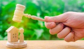 Decyzja przeznaczenie własność i oskarżony Ochrona dobra i konfiskata własność sędziego młoteczek unosił się obraz royalty free