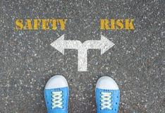 Decyzja robić przy rozdrożem - bezpieczeństwo lub ryzyko Fotografia Stock