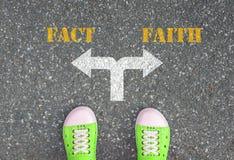 Decyzja robić przy rozdrożem - fact lub wiara Obraz Stock
