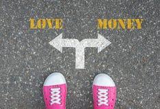 Decyzja robić przy rozdrożem - miłość lub pieniądze Fotografia Royalty Free
