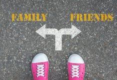 Decyzja robić przy rozdrożem - rodzina lub przyjaciele Fotografia Royalty Free